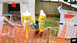 醫務人員在烏干達收治一名可能感染病毒的男孩(2018年9月9日)