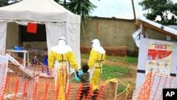 Tư liệu - Các nhân viên y tế đi cùng một cậu bé nghi nhiễm virus Ebola, tại một trung tâm chữa trị Ebola ở Beni, gần biên giới của Congo với Uganda, ngày 9 tháng 9, 2018.