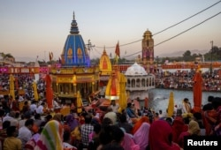 Umat berkumpul untuk berdoa di tepi sungai Gangga saat berlangsungya Kumbh Mela, atau Festival Pitcher, di tengah pandemi COVID-19, di Haridwar, India, 10 April 2021. (REUTERS / Danish Siddiqui)