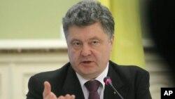 El presidente ucraniano, Petro Poroshenko, dijo que las negociaciones se celebrarán en la capital bielorrusa de Minsk.