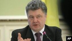 Presiden Ukraina Petro Poroshenko berbicara pada media di kantor presiden Ukraina di Kyiv (22/12).