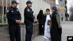 نیو یارک کے اسلامک کلچرل سینٹر کے باہر پولیس اہلکار تعینات ہیں۔