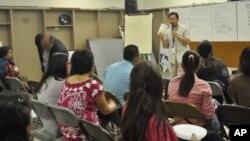 Ông Neth Monorom nói chuyện với cộng đồng người Mỹ gốc Campuchia, khuyến khích họ đi bầu cử