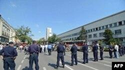 Policija obezbedjuje zgradu Vlade Vojvodine, na Bulevaru Mihajla Pupina u Novom Sadu, kako bi poljoprivrednicima bio onemogućeno da traktorima nastave povremeno da blokiraju saobraćajnice i mostove u Novom Sadu.