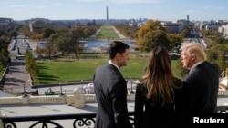 Paul Ryan offrant, à partir de son balcon, une vue de Washington à Melania et à Donald Trump, Washington D.C., le 10 novembre 2016. (REUTERS/Joshua Roberts)