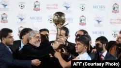 عبدالله عبدالله، رئیس اجرائیه حکومت افغانستان، حین اعطای جام قهرمانی لیگ برتر فوتبال افغانستان به تیم توفان هریرود