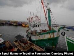 ຊາວອົບພະຍົບ Rohingya ແລະ ພວກຍົກຍ້າຍຖິ່ນຖານ ຊາວບັງກລາແດັສ ປະມານ 600 ຄົນ ເດີນທາງໄປເຖິງ ເຂດແຄມຝັ່ງ Aceh ເໜືອ ຂອງອິນໂດເນເຊຍ ດ້ວຍເຮືອ ມັງກອນລຳນີ້ ເມື່ອຕົ້ນເດືອນ ພຶດສະພາ ປີນີ້. (Htike Htike/The Equal Harmony Together Foundation)