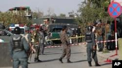 Cảnh sát Afghanistan khám nghiệm hiện trường của vụ tấn công tự sát gần Bộ Quốc phòng Afghanistan ở Kabul, Afghanistan, 5/9/2016.