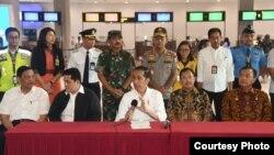 Presiden saat meninjau Bandara Soekarno-Hatta untuk memastikan pengecekan kesehatan di tempat publik berjalan baik. (Foto courtesy: Biro Setpres)