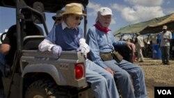 Ansyen Prezidan Jimmy Carter adwat ak madanm li Rosalynn pandan yon vizit yo nan Leogane (AP Photo/Ramon Espinosa)