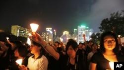 Hàng vạn người tham gia buổi đốt nến tại Công viên Victoria ở Hong Kong, đêm 4/6/12