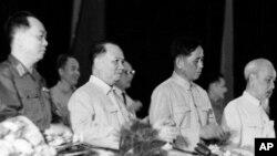 Kỷ niệm 2 tháng Chín, 1966 tại Hà Nội. Bìa phải là ông Hồ Chí Minh.