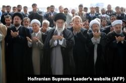 ຜູ້ນຳສູງສຸດອີຣ່ານ Ayatollah Ali Khamenei (ກາງ) ກຳລັງນຳພາການສູດມົນ