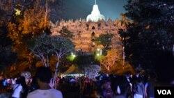 Lebih dari 10-ribu ummat Budha ditambah para pengunjung berdesakan menuju altar utama candi Borobudur di Magelang, Jawa Tengah Selasa malam, 2 Juni 2015 (foto: VOA/Munarsih).