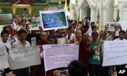 Biksu Buddha dan warga etnis Rakhine menggelar doa untuk seorang gadis yang terbunuh dan para korban kerusuhan di Pagoda Shwedago, Yangon (Rangun), Burma (10/6).