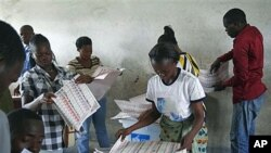Wafanyakazi wa tume ya uchaguzi nchini DRC wakihesabu kura katika kituo kimoja cha uchaguzi nchini humo