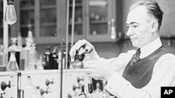 国税局的化学家在检查被用来非法售酒的瓶子