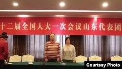 刘勇(右)和郑玉明在人大山东代表团议事厅(六四天网)
