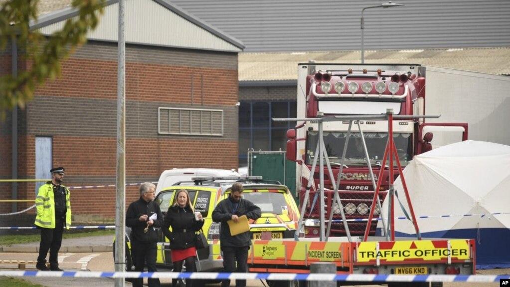 La policía británica acordonó este miércoles 23 de octubre el área donde fue encontrado un camión con 39 cadáveres. (Foto AP)