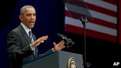 صدر اوباما ہنوئی میں نیشنل کنوینشن سینٹر میں خطاب کر رہے ہیں۔