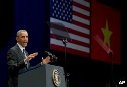 Tổng thống Obama đọc diễn văn tại Trung tâm Hội nghị Quốc gia ở Hà Nội trước hơn 2.000 người. Ông tiếp tục đề cập đến vấn đề rất nhạy cảm là nhân quyền.
