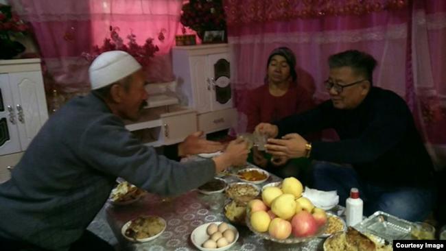 让维吾尔人抽烟和喝酒是一项忠诚度测试(白道仁提供)