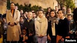 Warga yang bersedih berdoa dan menyanyikan lagu-lagu keagamaan di luar Katedral Notre Dame di Paris, Senin (15/4).