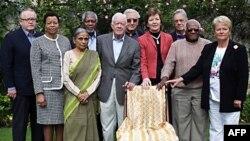 Nhóm The Elders với chiếc ghế trống dành cho bà Aung San Suu Kyi, thành viên danh dự của nhóm, vào sinh nhật thứ 65 của bà