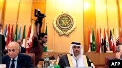 Arab Ligasi Bosh kotibi Nabil al-Arabiy (chapda) va Qatar Tashqi ishlar vaziri Shayx Hamad bin Yassim al-Taniy (markazda)