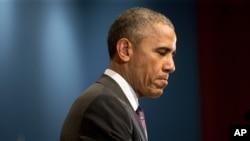 Tổng thống Obama ngừng lại trong khi phát biểu tại lễ kỷ niệm 10 năm thành lập Văn phòng Giám đốc Tình báo Quốc gia ở McLean, Virginia, 24/4/2015.