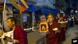 Warga Tibet di Dhamsala, India, menggelar doa bersama untuk Tamdrin Dorjee, pelaku aksi bakar diri di dekat rumah ibadah Tsoe di propinsi Gansu, Tiongkok (13/10). Dorjee adalah kakek dari tokoh Budha Tibet yang dihormati, Gungthang Rinpoche ke-7.