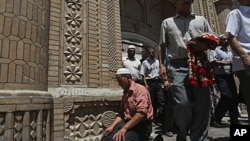 2009年7月,喀什穆斯林走出清真寺