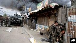 Quân đội của chính phủ tiếp tục chiến đấu với phiến quân Hồi giáo ở Zamboanga, Philippines, ngày 12/9/2013.