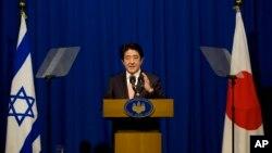 이스라엘을 방문한 아베 신조 일본 총리가 20일 예루살렘에서 기자회견을 하고 있다.