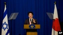 En visite à Jérusalem, Shinzo Abe a dit qu'il n'est pas question de céder aux exigences des djihadistes de l'Etat islamique (AP)
