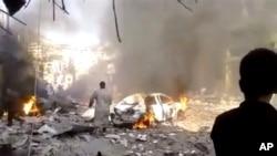 Ít nhất 16 binh sĩ chính phủ bị thiệt mạng trong một vụ nổ bom tự sát bằng xe hơi tại một trạm kiểm soát ở ngay ngoại ô thủ đô Damascus (19/10/2013)