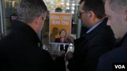 Predstavnici opozicionog bloka Savez za Srbiju lepe plakat sa likom tužiteljke Zagorke Dolovac na ulaz Republičkog javnog tužilaštva, u Beogradu, 27. novembra 2019. (Foto: Rade Ranković, VOA)