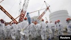 Karyawan Tokyo Electric Power Co. (TEPCO) dan pengunjung mengenakan masker dan pakaian pelindung saat meninjau PLTN Daiichi di Fukushima (Foto: dok). PLTN Sendai milik Kyushu Electric Power di selatan pulau Kyushu, Jepang, menjadi pembangkit nuklir Jepang yang pertama memulai kembali operasi di bawah standar yang lebih ketat.