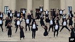 耶鲁大学欢乐合唱团在音乐厅前台阶上