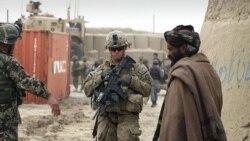 Seorang tentara AS, berdiri luar pangkalan militer AS di Afghanistan (foto: dok). Seorang tentara AS tewas dalam serangan di Afghanistan timur, Jumat (11/5).