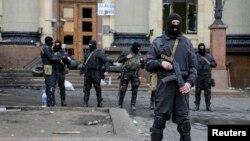 Сотрудники украинских спецслужб охраняют здание администрации в Харькове. Архивное фото.