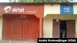 Des boutiques de télécommunications à N'djamena, au Tchad, le 2 avril 2017. (VOA/André Kodmadjingar)