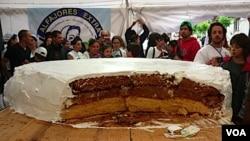 La golosina llevó 60 kilogramos de harina de trigo, 2.000 claras de huevos para el merengue, 212 kilogramos de dulce de leche y 5 kilogramos de miel.