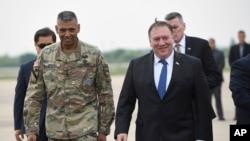 El secretario de Estado de EE.UU., Mike Pompeo, (derecha) junto al general estadounidense Vincent K. Brooks, (izquierda) comandante de las fuerzas estadounidenses en Corea del Sur, a su llegada a la Base Aérea en Pyeongtaek, Corea del Sur, el miércoles, 13 de junio de 2018.