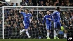 Frank Lampard na kungiyar kwallon kafa ta Chelsea yana murnar jefa kwallo na biyu da yayi a ragar 'yan Manchester City ranar lahadi 12 Disamba, 2011 a filin wasa na Stamford Bridge. Chelsea ita ce kungiyar farko da ta doke Manchester City tun da aka fara