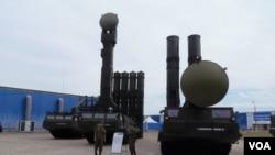 莫斯科國防武器展上的S-300防空導彈。 (美國之音白樺拍攝)