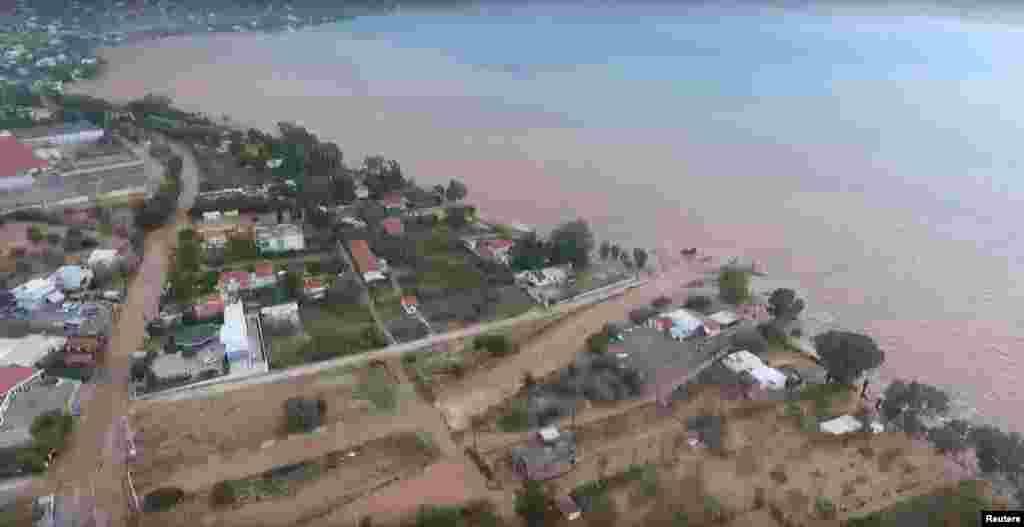 سیلاب سے اب تک 16 افراد کی ہلاکت کی تصدیق ہوچکی ہے۔