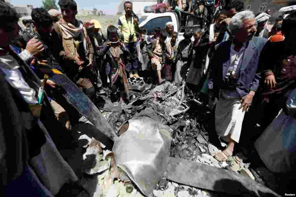 មនុស្សម្នាប្រមូលផ្តុំជុំវិញម៉ាស៊ីនដ្រូនដែលក្រុមឧទ្ទាម Houthi បាននិយាយថា ពួកគេបានបាញ់ទម្លាក់នៅក្នុងក្រុង Sana'a ប្រទេសយេម៉ែន។