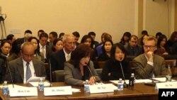 Nạn nhân của nạn buôn người, cô Vũ Phương Anh (thứ nhì từ bên phải), phát biểu trước tiểu ban nhân quyền của Ủy ban đối ngoại Hạ-viện Hoa Kỳ
