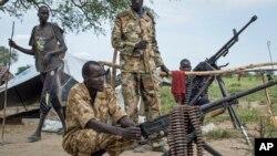 Des soldats rebelles dans le village de Majieng, Soudan du Sud, le 20 septembre 2014. (AP Photo/Matthew Abbott)